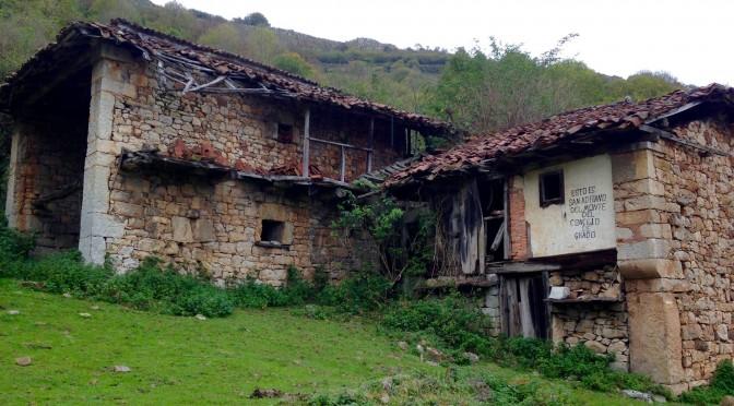 Ruta al pueblo fantasma de Santo Adriano del Monte